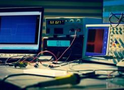 Qual é a diferença entre calibração e ajuste de equipamentos de medição?